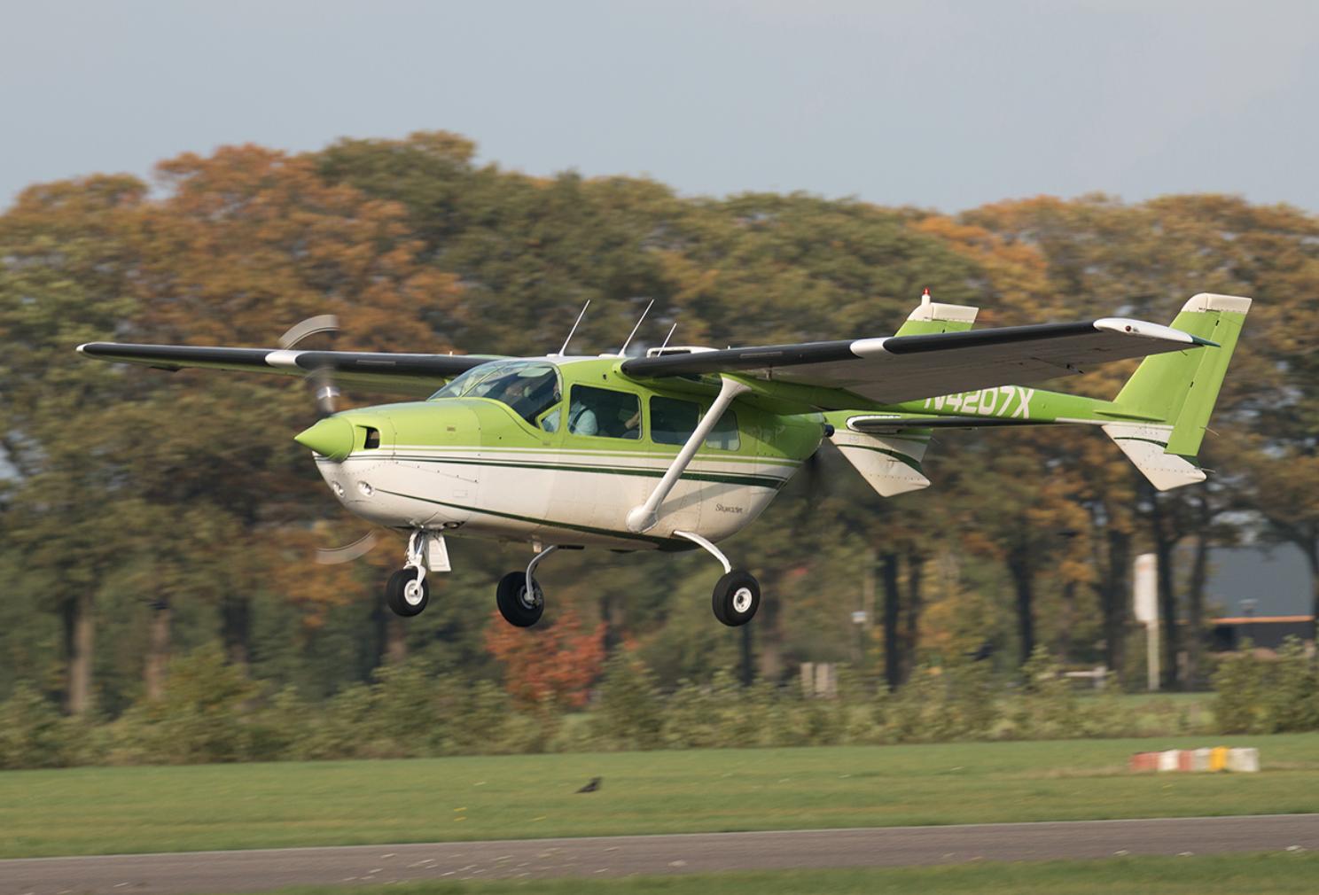 Het opstijgen van het DEAC Flying Testbed van het type Cessna Skymaster.